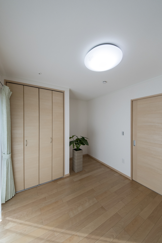 1階洋室/木の温もりを感じる、穏やかな配色の室内。