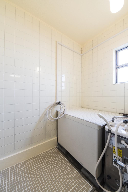 浴室/全面クリーニングして、天井を塗り替え、窓・扉を新しく交換しました。