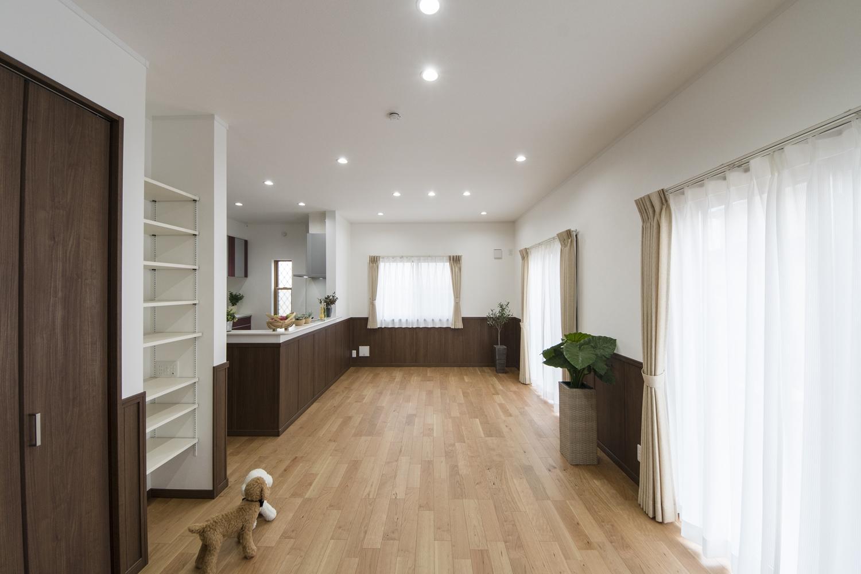 木調の深みのあるブラウンで統一した建具や腰壁を施し、一層美しく、エレガントな空間に仕上がりました。