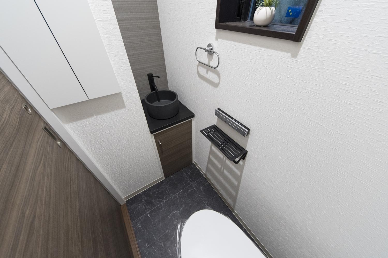 1階トイレ/魅せるデザインの手洗いを設置して、お客様をおもてなしします。