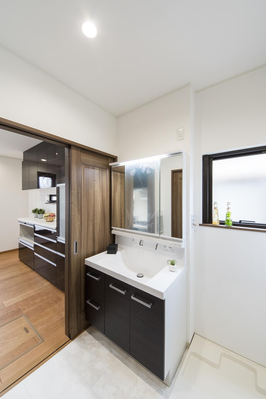 2F(子世帯)/サニタリールームとキッチンの間にもドアを設け、家事動線の良い2Wayの間取りにしました。