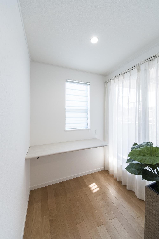 2階家事室/バルコニーに面している明るいお部屋で、洗濯物の出し入れや部屋干し、アイロンがけをしたり何かと便利なお部屋です♪