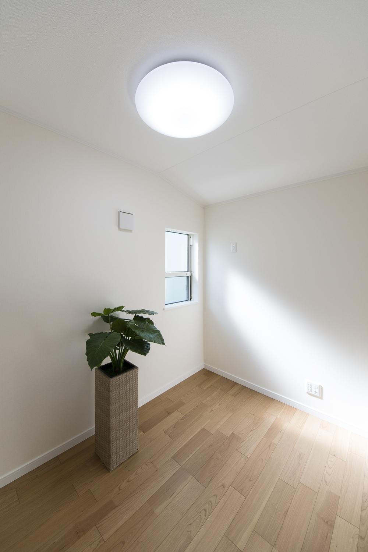2階書斎/趣味や読書、好きな音楽を聴いたり、持ち帰った仕事を処理したりと居心地のよさそうな隠れ家的空間。