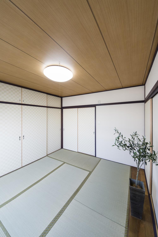 和室③/天井と壁紙を全面に張替え、明るく清潔感のある空間に。