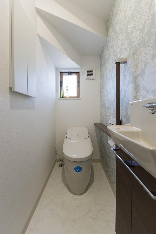 清潔感のある1階トイレ。手洗いを設置した使い勝手のよい空間です。