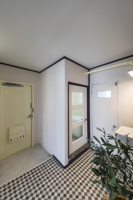 玄関/天井・壁のクロス、床を貼り換えて、玄関扉の内側を塗装しました。