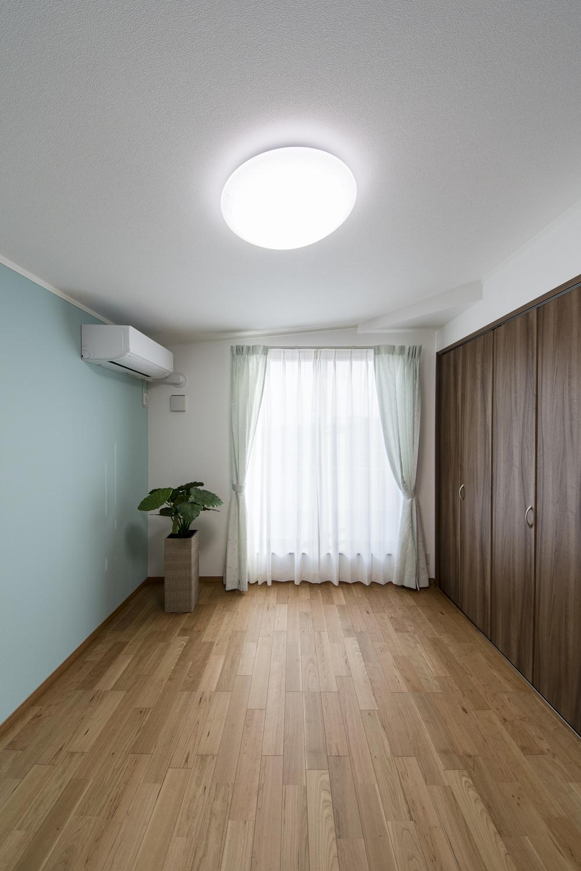 3F洋室(子世帯)/扉をつけないオープンタイプのウォークインクローゼットを設えました。