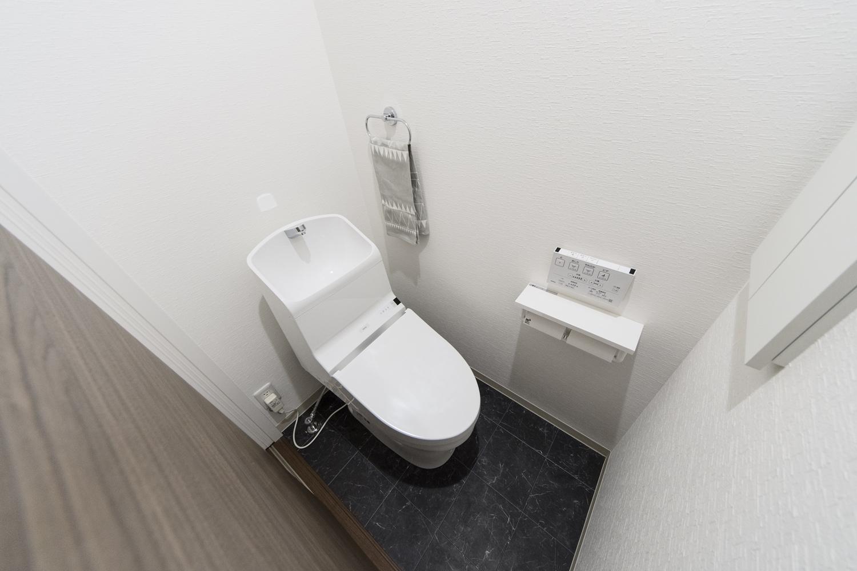 2階トイレ/高級感のあるブラックのフロアは、天然石のリアルな質感を追求したデザインです。