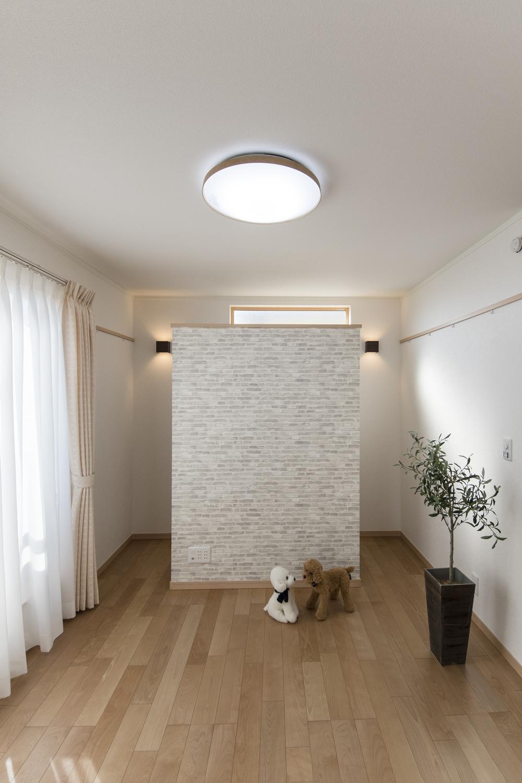 空間をデザインした、リビングを広く魅せる収納。TVスペースに壁をレイアウトして、奥行きを出しました。裏側は収納スペースとして使用する事ができ、スタイリッシュなレンガ柄がおしゃれです♪