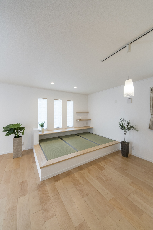 小上がり畳スペース/三連の窓から明るい陽光が差し込む家族憩いの場所。