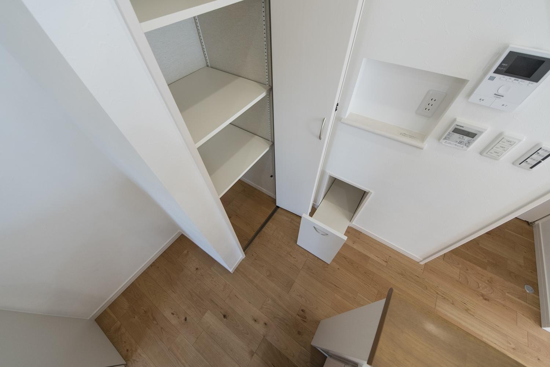 備蓄や、場所をとるキッチン家電の保管にも便利な扉付のキャビネットを設置しました。