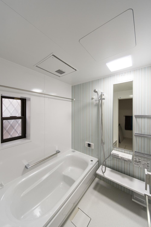 1Fトイレ(親世帯)/シャープなストライプ柄のアクセントパネルが爽やかな空間を演出。