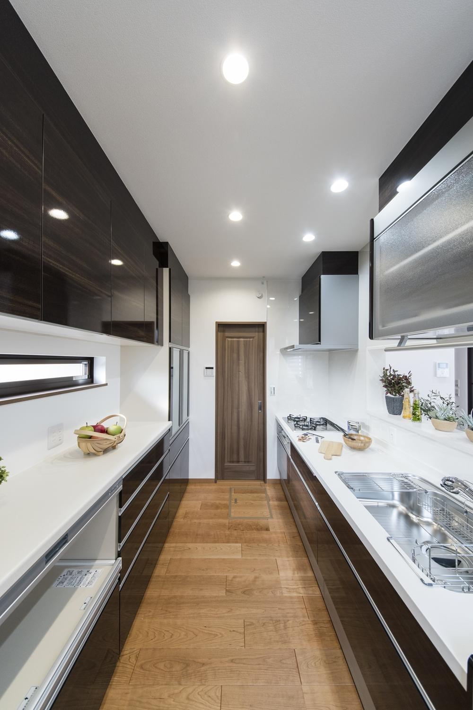 2Fキッチン(子世帯)/見た目も機能美も充実した、上質感のあるキッチンスペース。