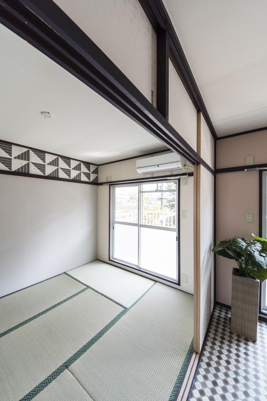 和室①/竹久夢二デザインの壁紙を取入れた大正ロマン風のネオレトロな空間に。