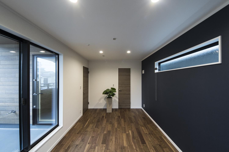 2階洋室/3面に窓を配した室内は、たくさんの光と風を招き入れ、開放感あふれる心地良い空間。
