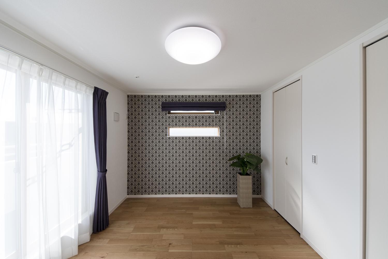 2階洋室/エレガントなデザインのクロスと二連の横長窓をアクセントにしました。