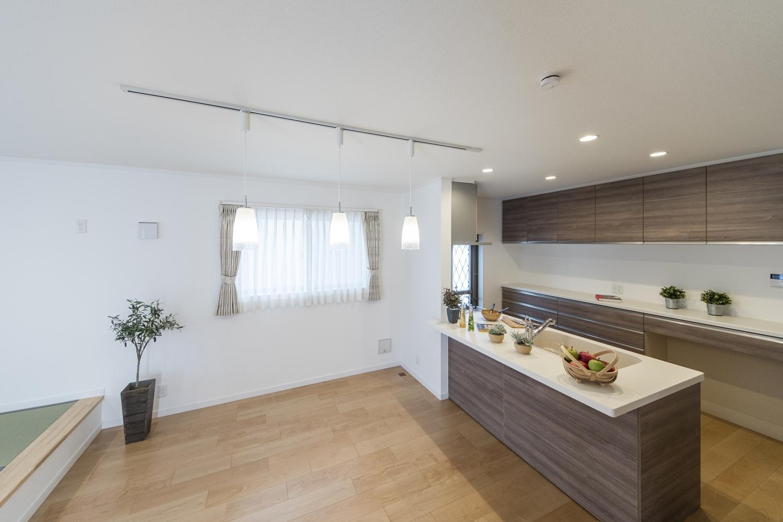 ペンダントライトの柔らかな光が、空間にあたたかみをプラス。キッチンカウンターにはアイテムを飾ったりインテリアも楽しめます♪