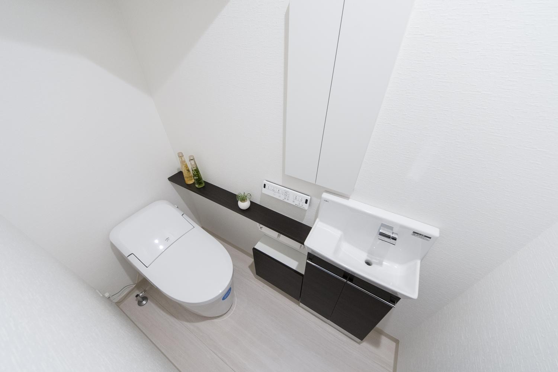 1階トイレ/タンクレスタイプを採用し、手洗いや場所をとらないキャビネットを設置して機能的でスッキリとした空間になりました。
