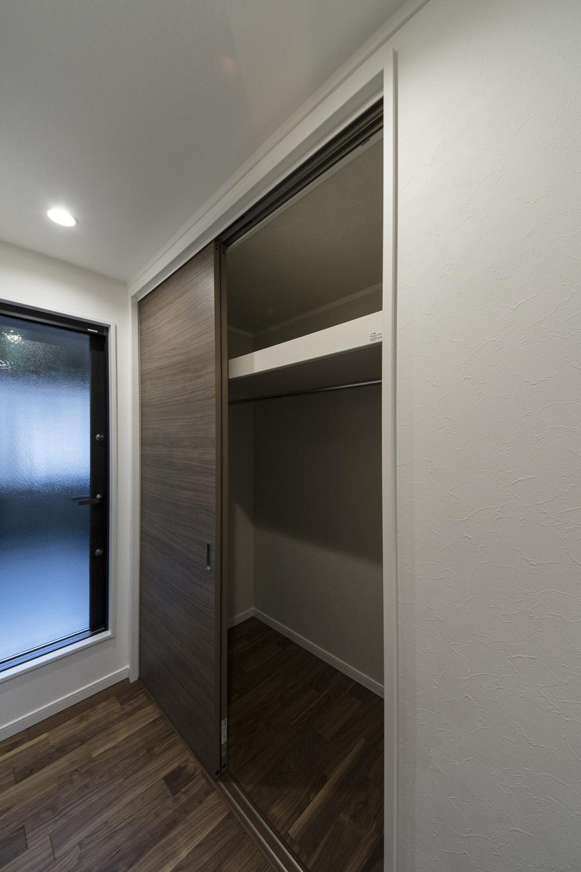 2階ファミリークローゼット/廊下からみんなが使える家族共有の収納。