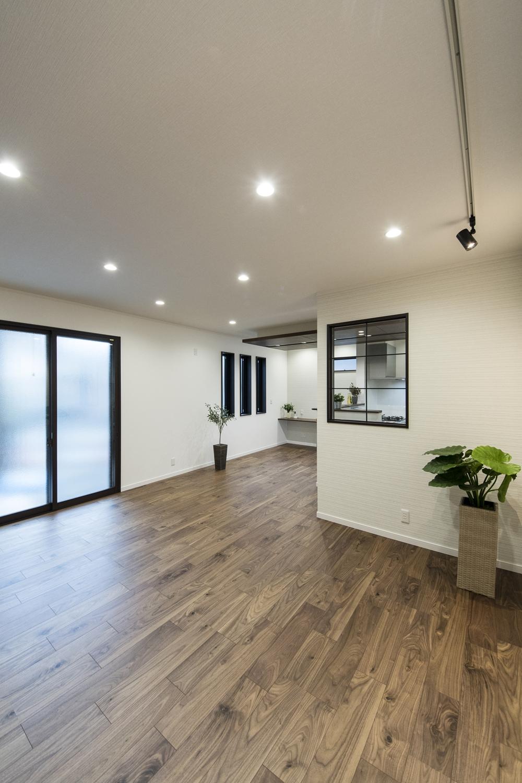 1階はハイスタッド仕様(CH:2580mm)で天井が高く、20帖の広さ。家族が寛ぐ開放的で広々とした空間。