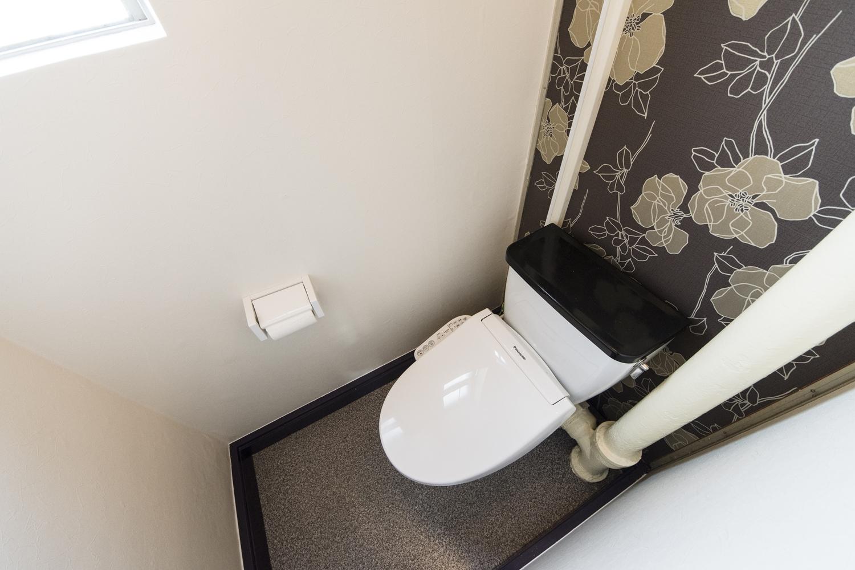 トイレ/天井・壁紙、床を貼り換え、ウォシュレットタイプに交換しました。