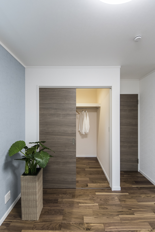 ウォークインクローゼットを設えた2階洋室。収納たっぷりでいつもすっきりした暮らしを実現できます。
