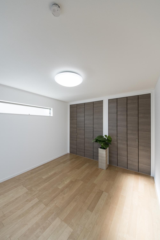 2階洋室/木の温もりを感じる、穏やかな配色の室内。