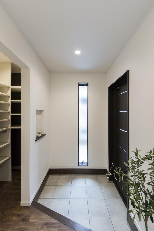 窓から自然光が差し込む、明るく広々とした玄関。気持ち良くお客様をお迎えできます。