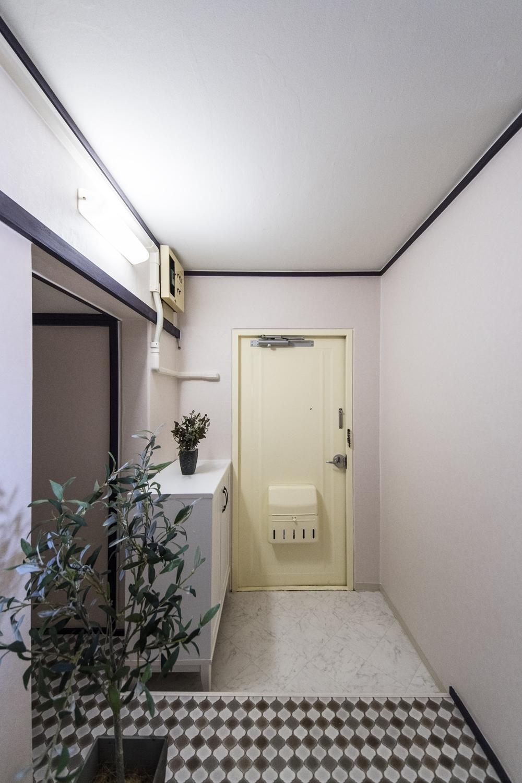 玄関/天井・壁紙、床を貼り換えて、玄関扉の内側を塗装しました。