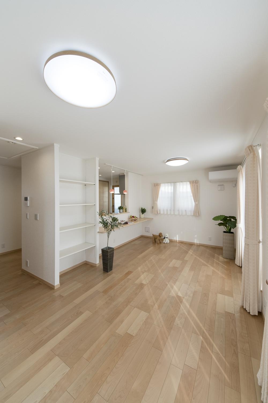 「飾る・使う・しまう」が楽しくなるスペース。自由に高さを変えられる可動棚を設置しました。