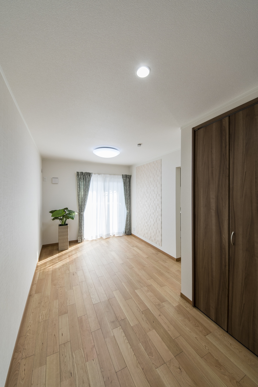 1F洋室(親世帯)/紅褐色のやわらかな木肌の上質感あふれるブラックチェリーのフローリング。