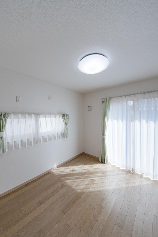 1階洋室/2面採光がもたらす豊かな光と風が上質な空間を演出します。
