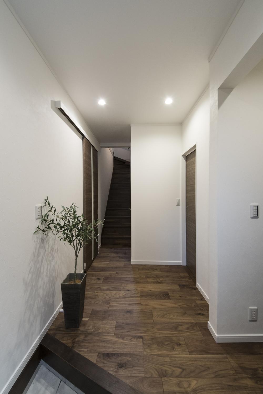 ハイスタッド仕様(CH:2580mm)で天井が高く広々とした空間の玄関ホール。