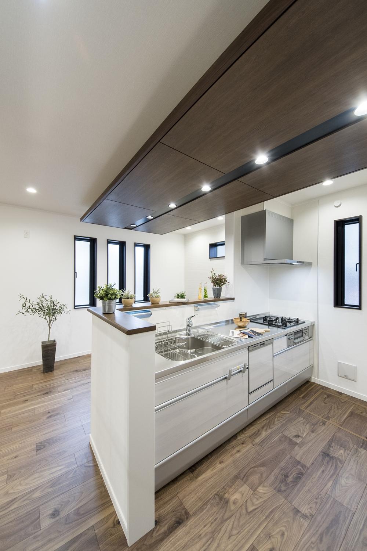 家事を楽しみながらお部屋を見渡せる対面式キッチン。オシャレな吊天井が、高級感を演出します。