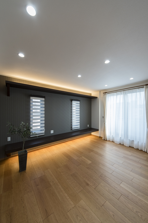 2Fリビング(子世帯)/TVボードと間接照明を施した、見た目も機能美も充実した上質な空間のリビング。