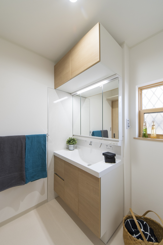 1階サニタリールーム/洗面化粧台の上にキャビネットを設置しました。 洗面化粧台上部の空間をムダなく活用できます!