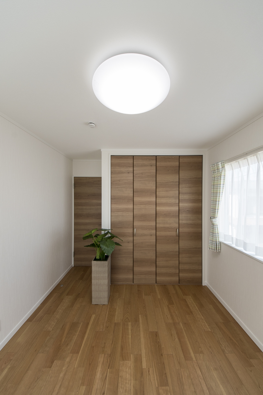 2階洋室/木のやさしい風合いを感じる建具やフローリングが、穏やかで心地の良い空間。