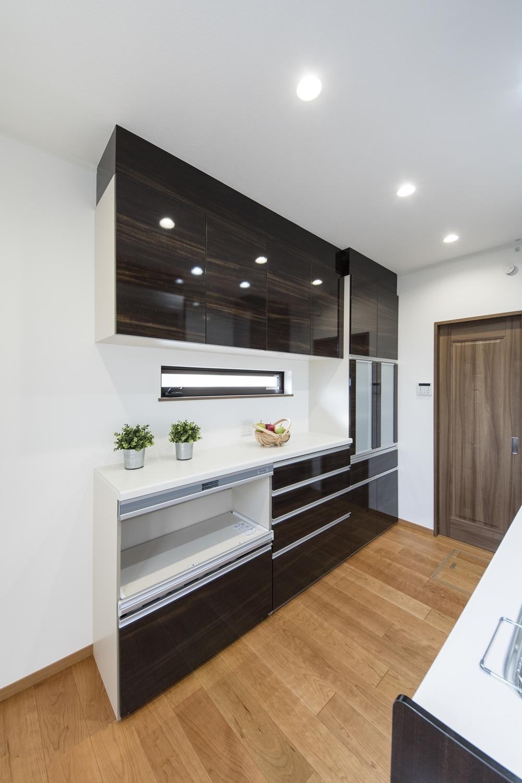 2Fキッチン(子世帯)/キッチン背面にはキッチンと同じ配色のカップボードを設置。