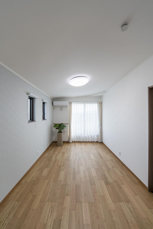 3F洋室(子世帯)/屋根の形に合わせて傾斜を持たせた勾配天井を設えました。空間が広がり開放的です。