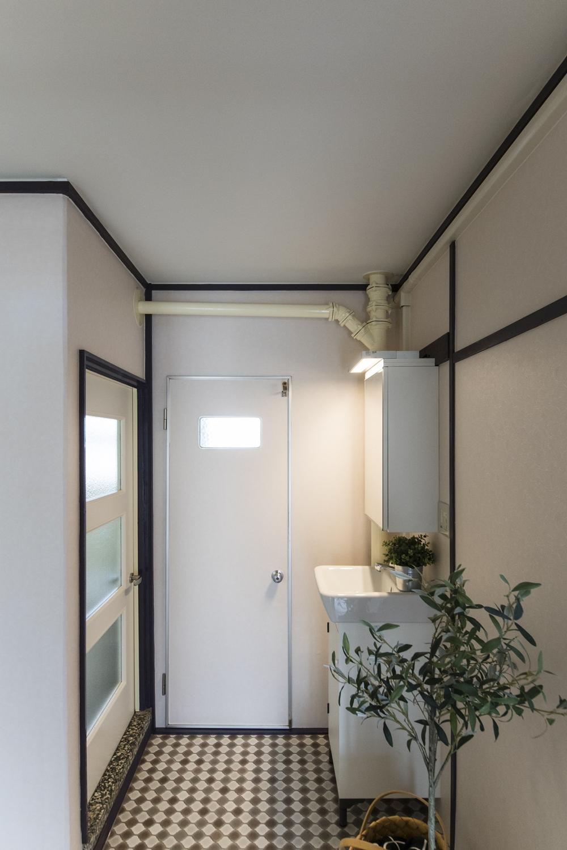 洗面/全体をクリーニングして、天井・壁のクロス、床を貼り換えました。