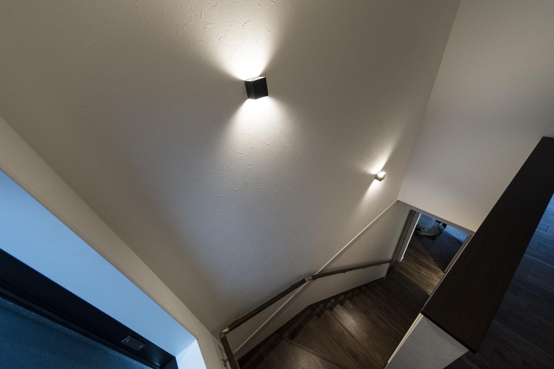 照明のやわらかい光が階段を照らします。