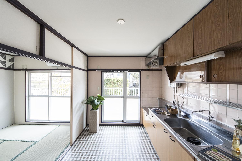 キッチン/全体をクリーニングして、湯沸かし器・取っ手・破損していたタイルの交換をしました。