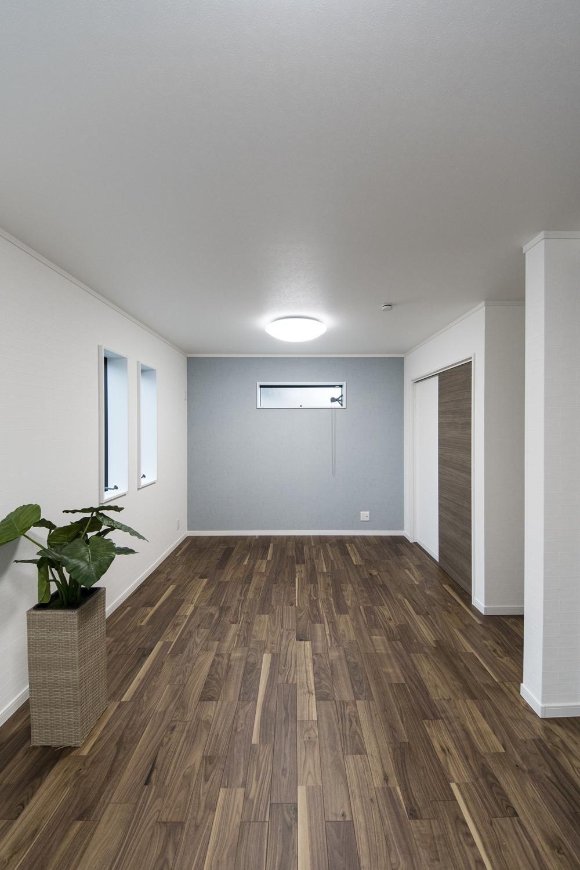 2階洋室/ブルーグレーの壁紙をアクセントにした、爽やかな空間。