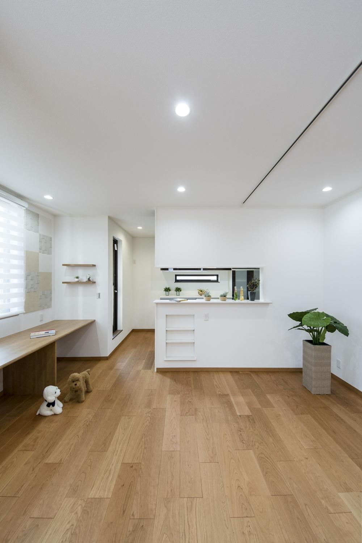 2Fリビング(子世帯)/ハイスタッド仕様(CH:2580mm)で天井が高く、22帖の広さ。家族が寛ぐ開放的で広々とした空間。