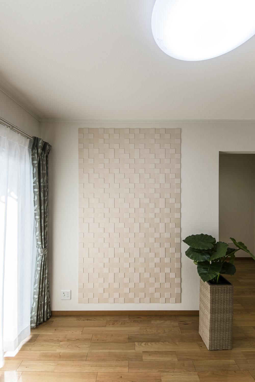 1F洋室(親世帯)/消臭・調湿効果のあるエコカラットタイルを施しました。パールのような美しい光沢と陰影を表現したデザインです。
