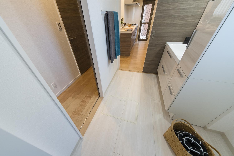 廊下側とキッチン側にドアを設け、家事動線の良い2Wayの間取りにしました。