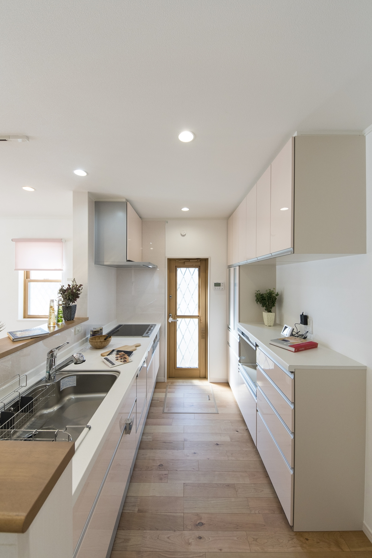 パステルカラーをアクセントにした明るく可愛らしい印象のキッチン。カップボードの扉カラーもキッチンとお揃いにしました♪