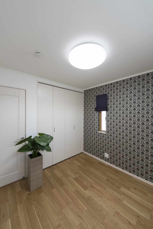 2階洋室/エレガントなデザインのクロスと縦長窓をアクセントにしました。