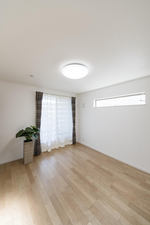 2階洋室/大きな窓とスタイリッシュなデザインの横窓から自然のやさしい光が降り注ぐ明るい室内。