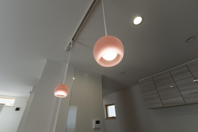 コロンとした丸いフォルムが可愛らしいピンクのガラスペンダントライトが空間を彩ります。